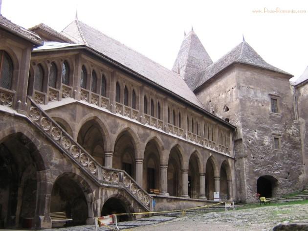 castelul Huniazilor-curtea interioara