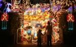 Suburbia+Lights+Up+Christmas+5DAE0RLtxUul