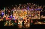 Suburbia+Lights+Up+Christmas+KbWILhwdgRul
